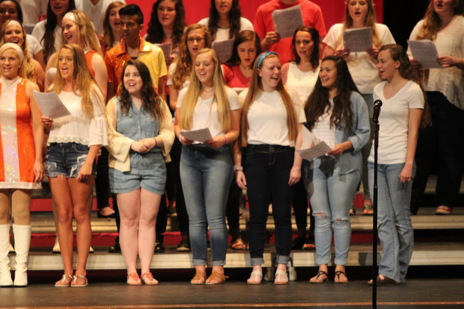 PERFECT+HARMONY%3A+Seniors+from+all+choirs+perform+their+traditional+senior+song+to+end+the+concert.+The+group+performed+%E2%80%9CBreak+Away%E2%80%9D+by+Kelly+Clarkson.+